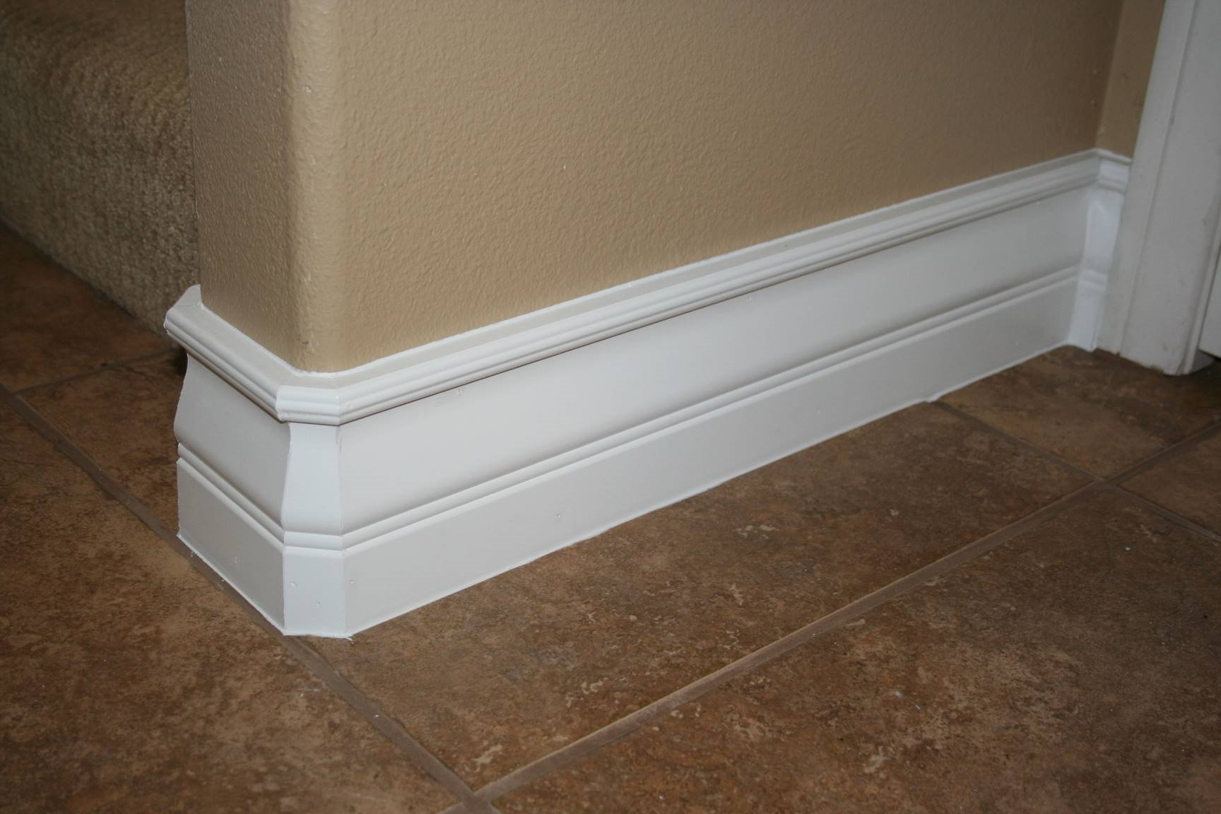 Custom Baseboard molding with tan wall and ceramics brown floor