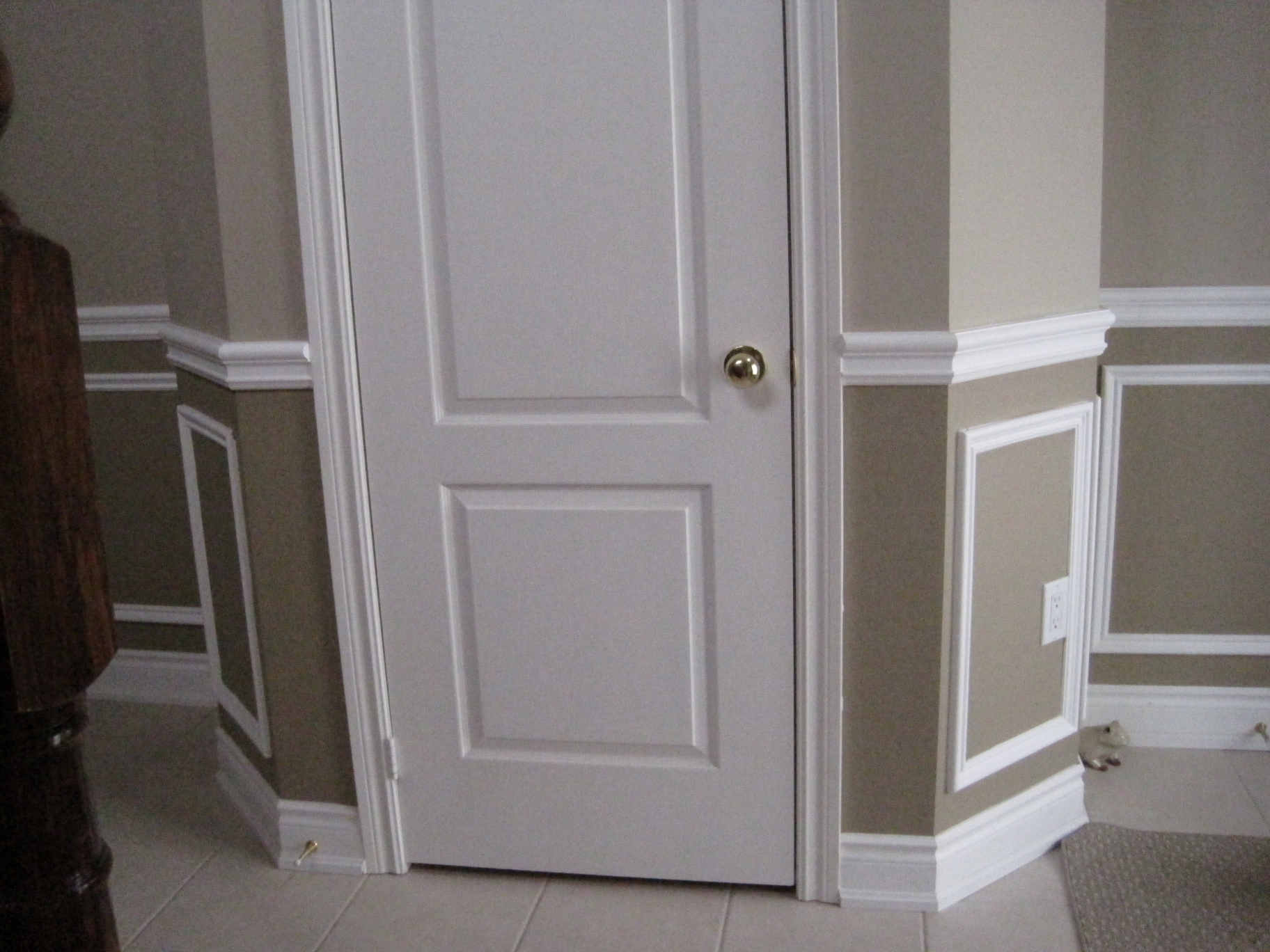 lovely baseboard molding with white dook looks luxury