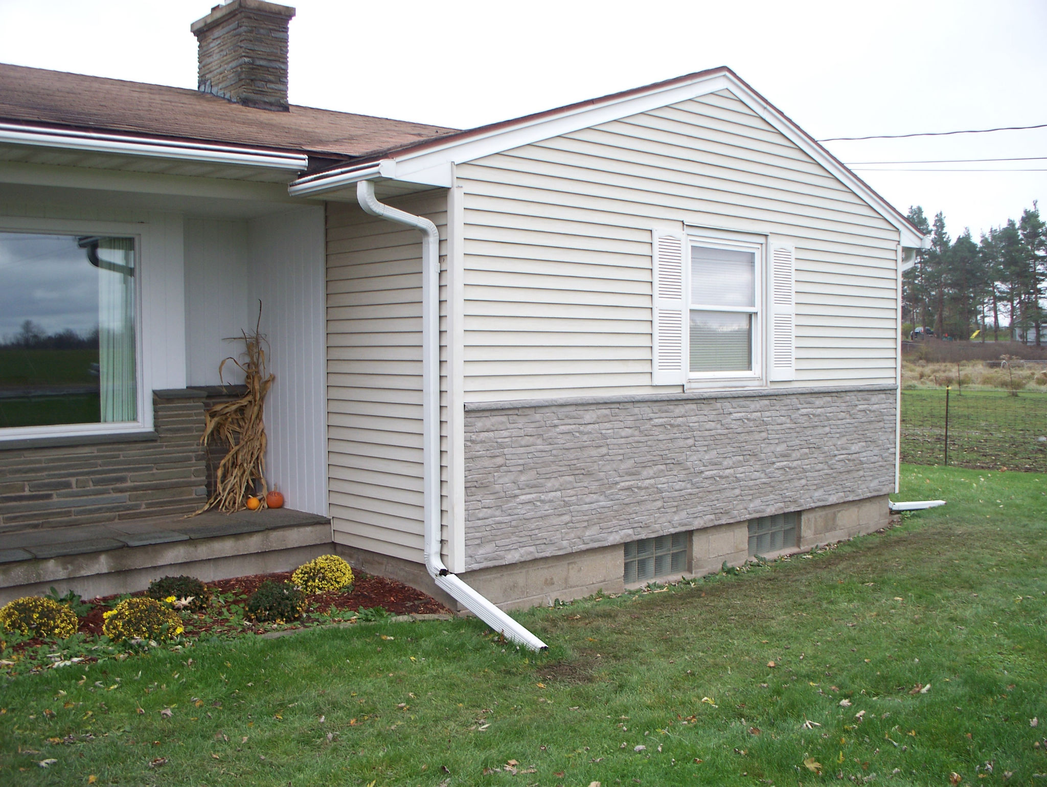 stone veneer panels matched with white wall for wall exterior design ideas