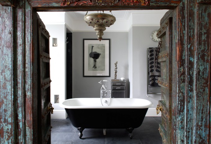 Black Bathup With White Surface And Black Clawfoot Tub On Grey Ceramics Floor Matched With White Wall And Chandelier For Bathroom Decor Ideas