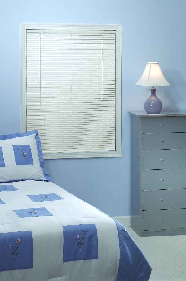 blue and white bedding before the blue wall with window and bali blinds for bedroom decor ideas