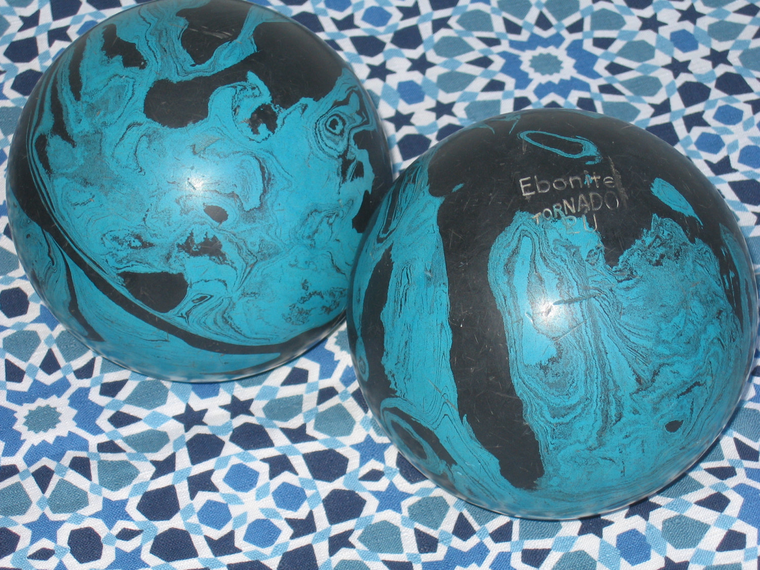 charming decorative orbs in black and blue for charming table accessories ideas