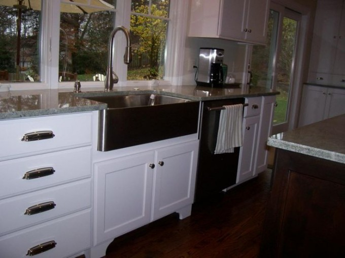 Rectangle Apron Sink Plus Faucet On White Kitchen Cabinet With Countertop On Wooden Floor Matched With White Wall For Kitchen Decor Ideas