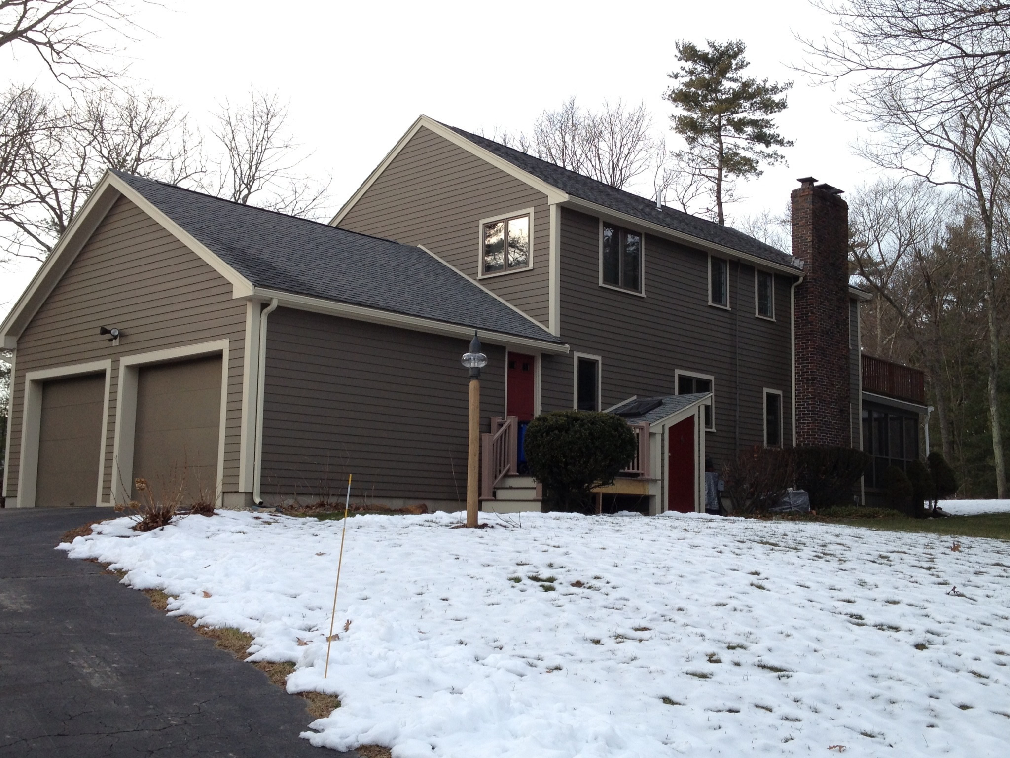 cool hardie plank siding in tan matched with white trim board and dark roof for home exterior design ideas